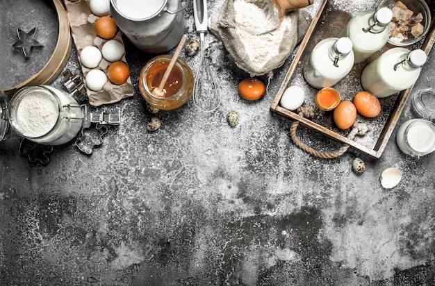 Fundo de cozimento. ingredientes frescos para fazer massa. sobre um fundo rústico.
