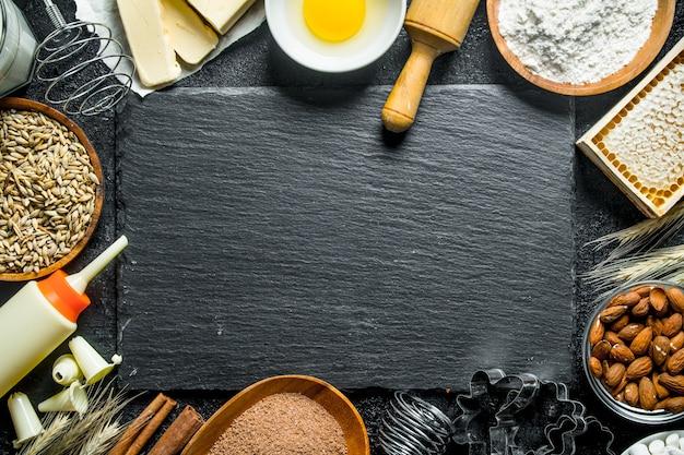 Fundo de cozimento. vários ingredientes para massa caseira.