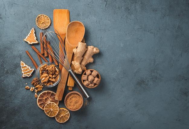 Fundo de cozinha com ingredientes, utensílios de cozinha e biscoitos de gengibre