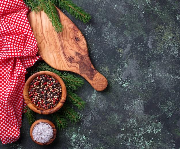Fundo de cozinhar de natal com placa de corte e especiarias