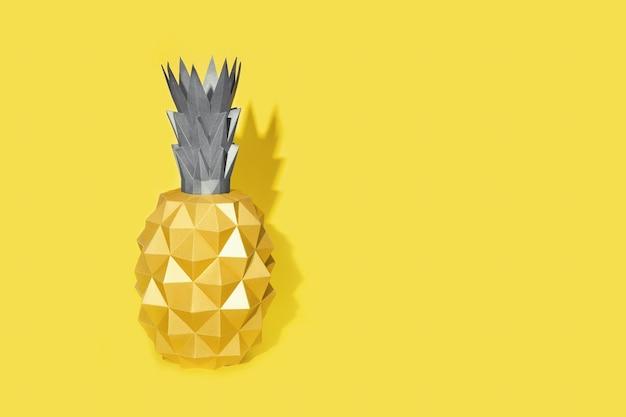 Fundo de design de verão com forma de abacaxi em papel com luz forte. cor da tendência de 2021, amarelo claro e cinza definitivo.