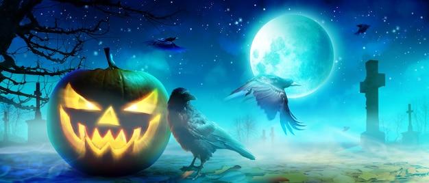 Fundo de dia das bruxas com corvo em uma noite assustadora.