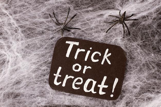 Fundo de dia das bruxas com teia e aranhas.