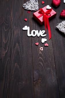 Fundo de dia dos namorados com cartas de amor e formas de coração.