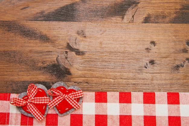 Fundo de dia dos namorados com corações de brinquedo feito à mão sobre a mesa de madeira