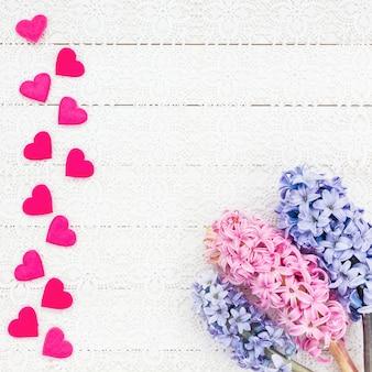 Fundo de dia dos namorados com corações e flores. vista do topo