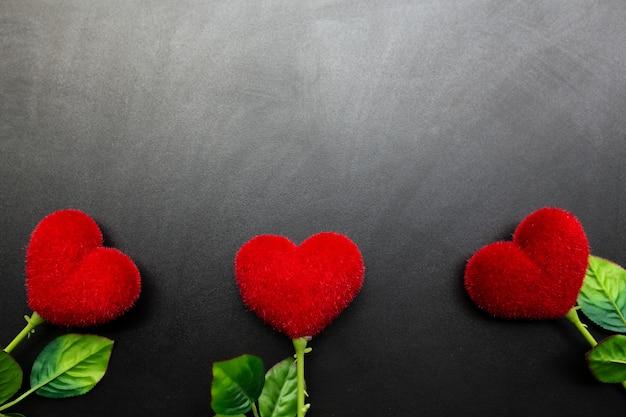 Fundo de dia dos namorados com corações vermelhos e espaço de cópia.