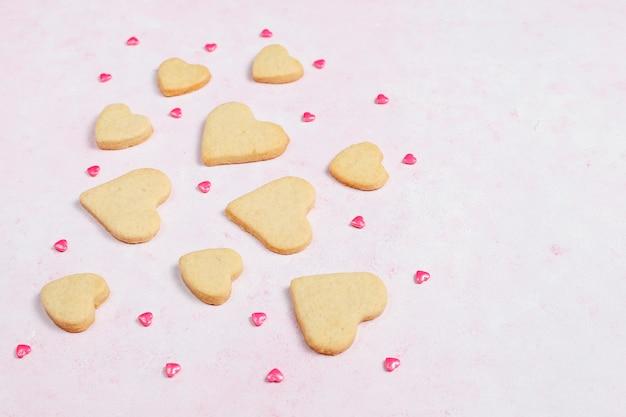 Fundo de dia dos namorados, corações de dia dos namorados em forma de biscoitos, vista superior