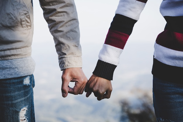 Fundo de dia dos namorados. pares felizes que mantêm as mãos unidas como para sempre o amor.