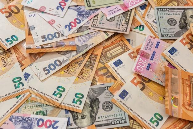 Fundo de diferentes hryvnia de dólares e euros de dinheiro. conceito de finanças