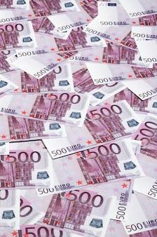Fundo de dinheiro consistindo de roxo quinhentos euros