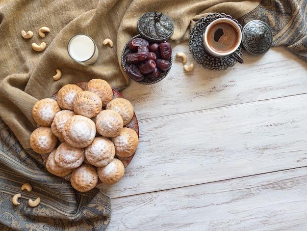 Fundo de doces do ramadã. biscoitos da festa islâmica de el fitr. biscoitos egípcios