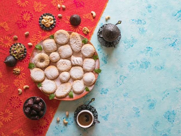 Fundo de doces do ramadã. biscoitos da festa islâmica de el fitr. cookies árabes maamoul.