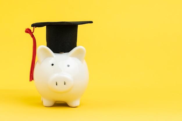 Fundo de educação, bolsa de estudos ou economia para estudar universidade e conceito de faculdade