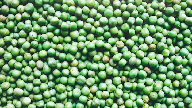 Fundo de ervilhas verdes frescas. textura de comida vegetariana saudável. dieta com baixo teor de gordura de vegetais.