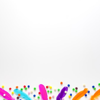 Fundo de espaço branco cópia e penas coloridas