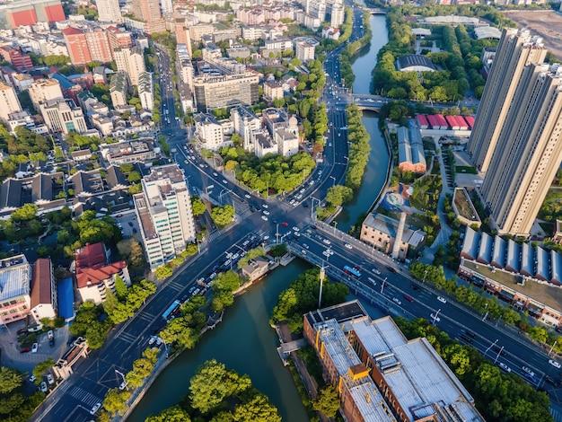 Fundo de estradas e edifícios modernos da cidade Foto Premium