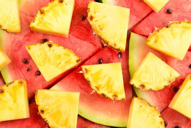 Fundo de fatias de abacaxi e melancia.