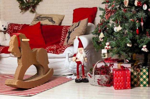 Fundo de feliz natal. árvore de natal clássica decorada com presentes sob
