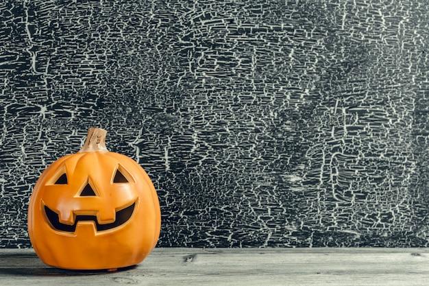 Fundo de feriado de halloween com abóbora na mesa de madeira