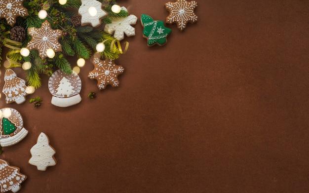 Fundo de feriados de feliz natal e ano novo, biscoitos de gengibre caseiros de natal.