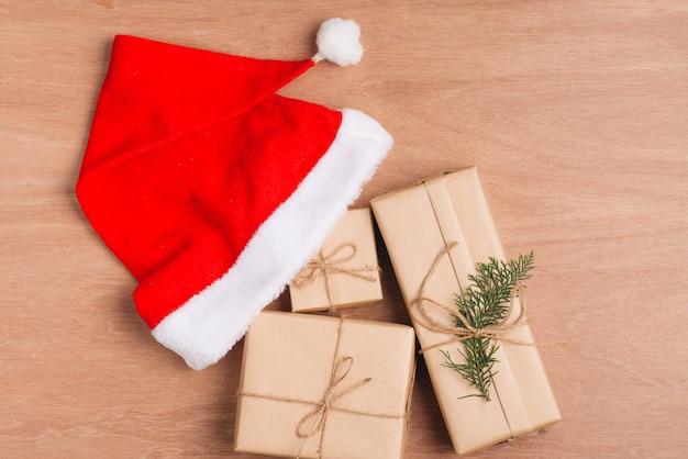 Fundo de férias com bolas vermelhas de natal e decorações.