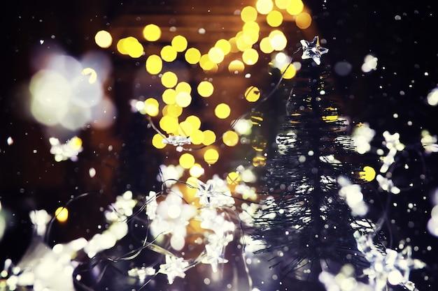 Fundo de férias de inverno com abeto congelado, luzes de brilho, bokeh. fundo de férias de natal e ano novo com espaço de cópia.
