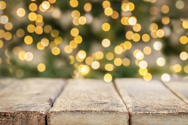 Fundo de férias de madeira com luzes desfocadas