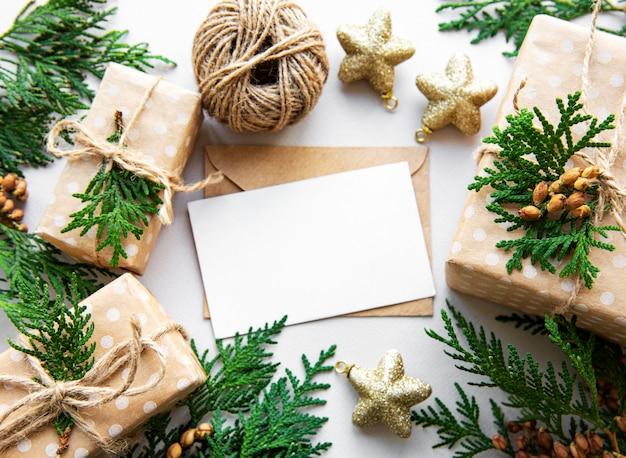 Fundo de férias de natal com caixas de presente e decoração