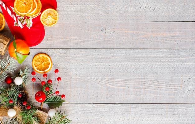 Fundo de férias de natal com enfeites em fundo de madeira rústico.