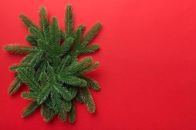 Fundo de férias de natal com espaço de cópia para texto publicitário. ramos de abeto na cor de fundo. camada plana, vista superior