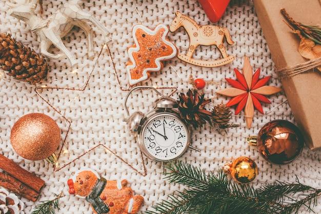 Fundo de férias de natal e ano novo e papel de parede. brinquedos de decoração de natal em um fundo cinza claro