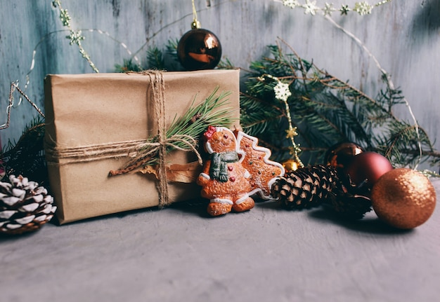 Fundo de férias de natal e ano novo e papel de parede. brinquedos de decoração de natal no fundo cinza escuro