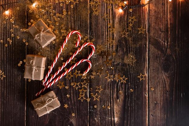 Fundo de férias de natal, fundo de mesa de natal com árvore de natal decorada e guirlandas.