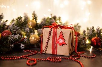 Fundo de férias de Natal. Presentes com uma fita vermelha, close-up. Copie o espaço na lousa