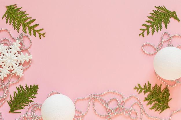 Fundo de férias de natal, ramos de pinheiro e contas decorativas de prata