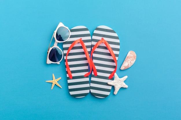 Fundo de férias de verão, acessórios de praia na cor de fundo do bloco