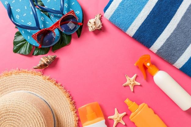 Fundo de férias de verão com espaço de cópia. foto plana leiga na mesa de cores, conceito de viagens. espaço livre para texto, maquete.
