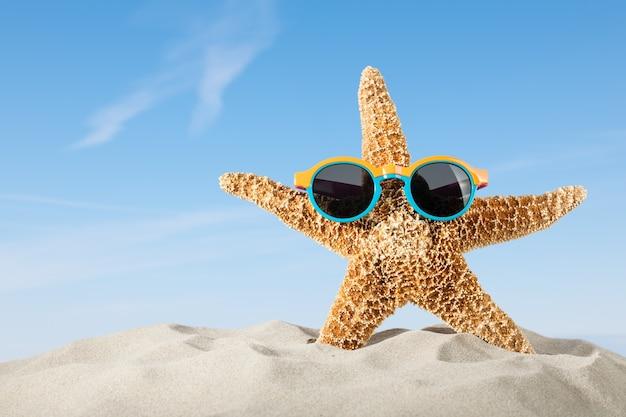 Fundo de férias de verão com estrelas do mar e óculos de sol