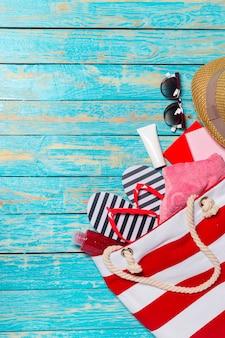 Fundo de férias de verão com itens de praia