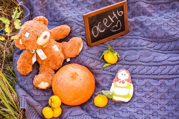 Fundo de férias outono outono com folhas de laranja abóbora