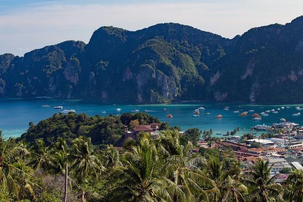 Fundo de férias viagem ilha tropical com resorts ilha phi-phi província de krabi tailândia