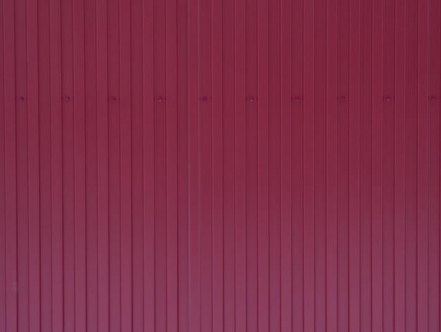 Fundo de ferro pintado com tinta vermelha bordô, textura com linhas verticais, composição horizontal vazia, fundo, fundo