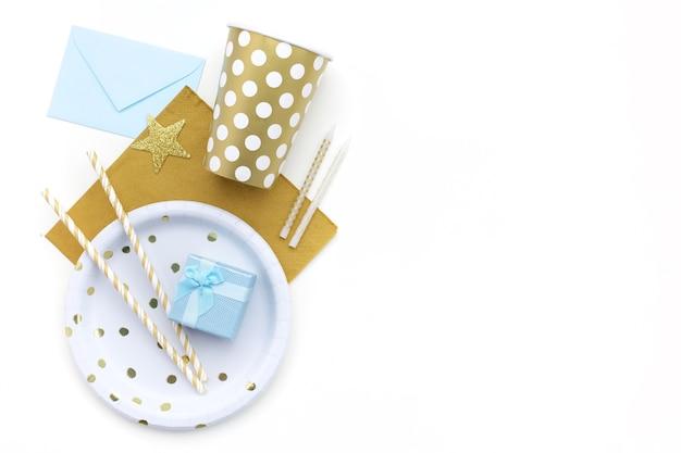Fundo de festa com decoração dourada e espaço livre para texto.