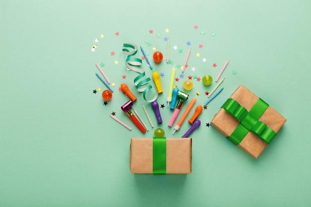 Fundo de festa de aniversário com presente e confete