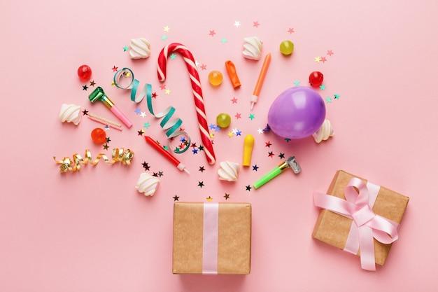 Fundo de festa de aniversário com presente e pirulitos