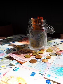 Fundo de finanças com dinheiro e pc
