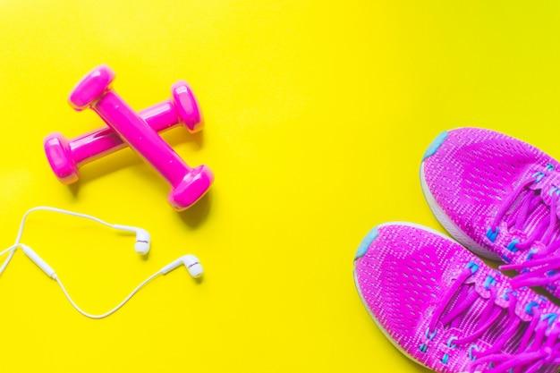 Fundo de fitness, equipamento para ginástica e halteres em casa e tênis