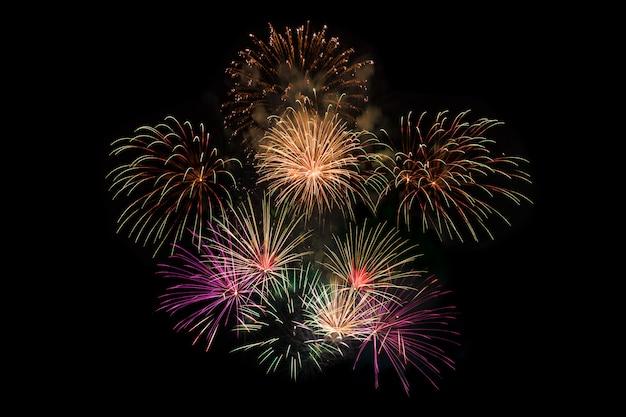Fundo de fogos de artifício coloridos à noite para o ano novo ou celebração especial de férias