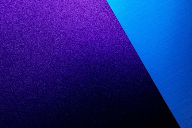 Fundo de folhas de papel em branco da caixa na luz azul escuro, copie o espaço